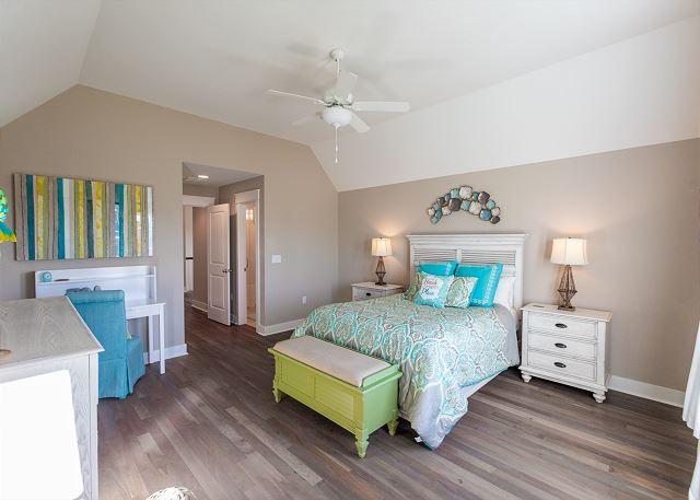 2nd Floor Master Suite with Queen Bed