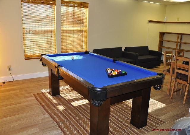Bear Foot Escape w Pool Table