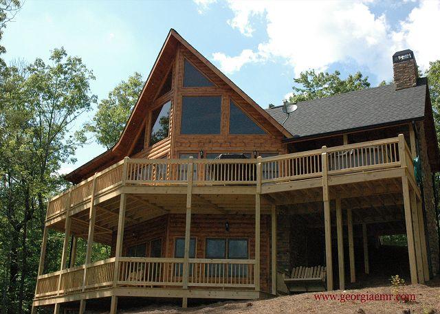 Oustanding Cedar Siding Chalet style Luxury cabin located in Outlook @ Lake Blue Ridge