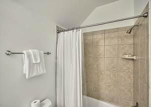 Combination shower/tub in the en suite bath