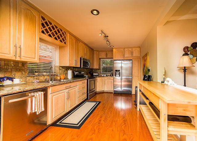 Large Fully Stocked Kitchen!