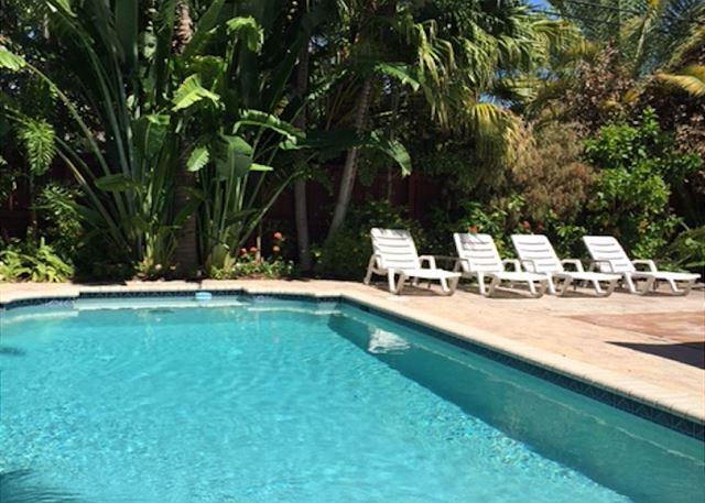Lounge Poolside!