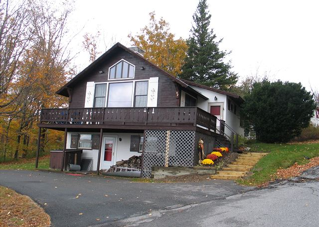 The 5 bedroom, 2 bath design makes this hill-side chalet suited for large family or group outings to NH's White Mountains and Franconia Notch State Park, which is right next door. Pet friendly too!