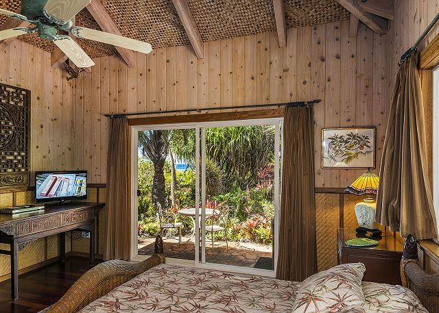 """Aloha Suite"" with Queen Bed, Flat Screen TV & private bathroom"