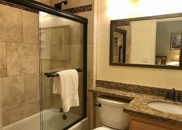 Newly Remodeled Twin bedroom en-suite bathroom