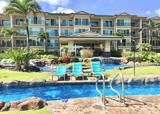 Enjoy yourself at the Waipouli Beach Resort pool.