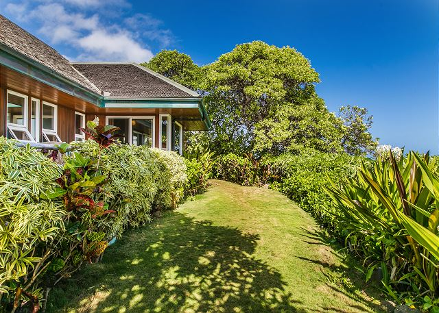 Niulani Beachfront Home Front Lawn