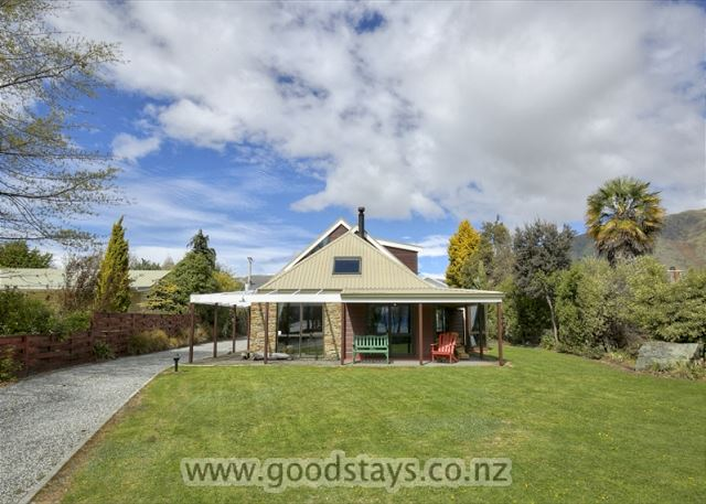 Mount Aspiring Lakeside Retreat