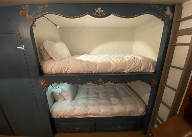 Bunk room for 4 next to the Den.