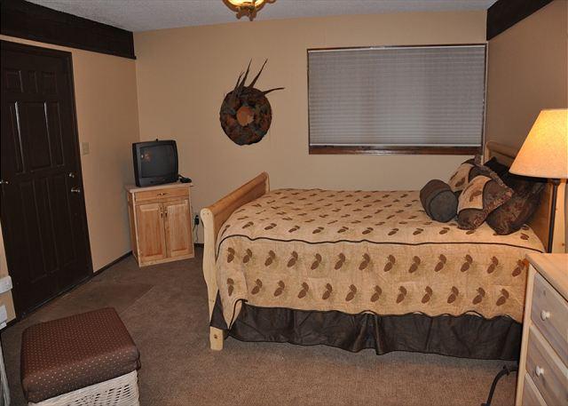 4th bedroom Queen bed and ensuite bathroom