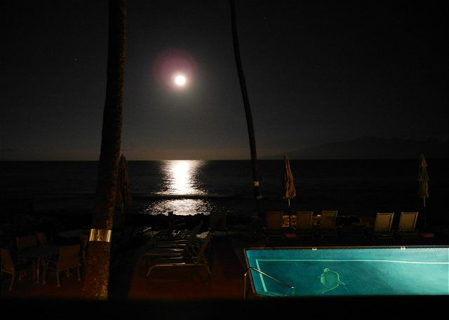 5 AM in the morning, magnificent moon reflections from our lanai