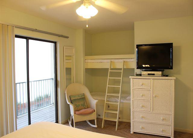 2nd Bedroom with Queen bed& bunk beds