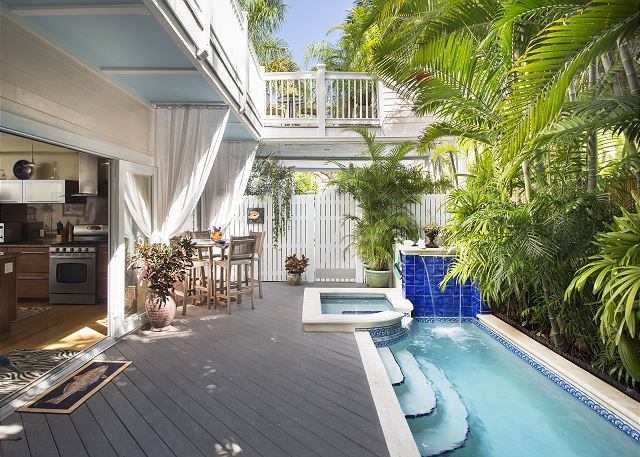 Tropical Dream: 4 Blocks to Downtown, Private Pool & Parking, Pet Friendly