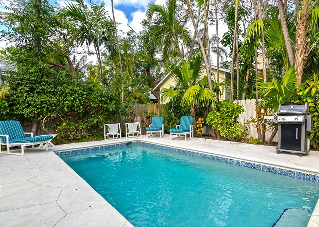 ~ CASABLANCA ~ Gorgeous Cottage w/ Private Pool, Parking, & Tons of Sun!
