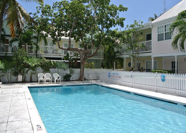 ~ SEAS THE DAY ~ Cute Condo w/ Parking & Pool Walk to Shops, Beach, Nightlife