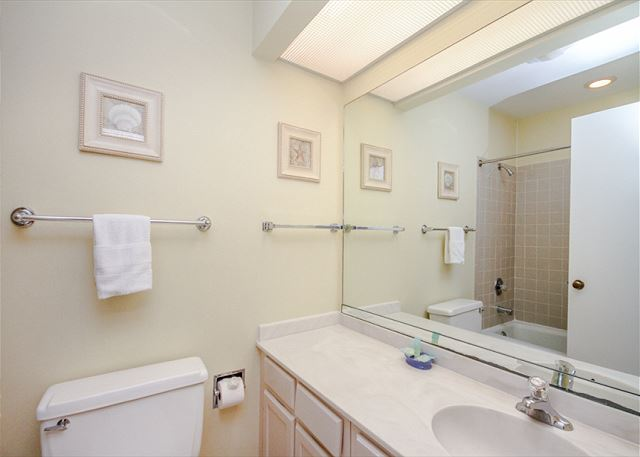 Greens 190, 3 Bedrooms, Large Pool, Walk to Beach, Sleeps 10 - Guest Bathroom - HiltonHeadRentals.com