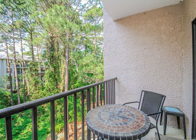 Village House 303, 2 Bedrooms, Pet Friendly, Elevator, Sleeps 6 - Dine Alfresco - HiltonHeadRentals.com