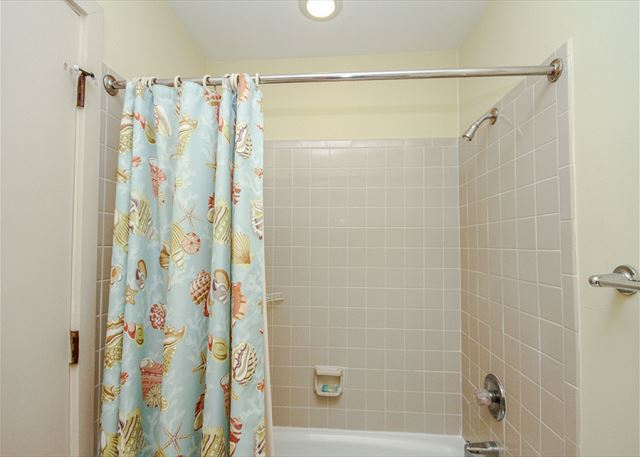 Greens 190, 3 Bedrooms, Large Pool, Walk to Beach, Sleeps 10 - Second Bathroom - HiltonHeadRentals.com