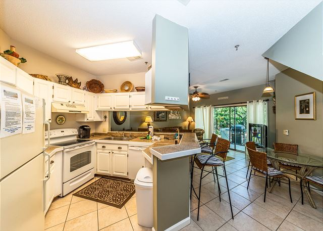 Ocean Breeze 99, 3 Bedroom, Large Pool, Tennis, Sleeps 8 - A fully equipped kitchen is a chef's dream - HiltonHeadRentals.com