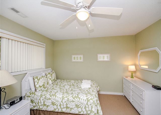 Greens 190, 3 Bedrooms, Large Pool, Walk to Beach, Sleeps 10 - Two Beds - HiltonHeadRentals.com