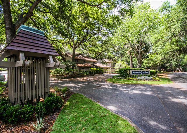 Water Oak 24, 2 BR, 3BA, Golf View, Large Pool, WiFi, Sleeps 8 - Wish You Were Here? - HiltonHeadRentals.com