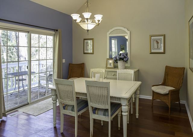 Cute breakfast nook!