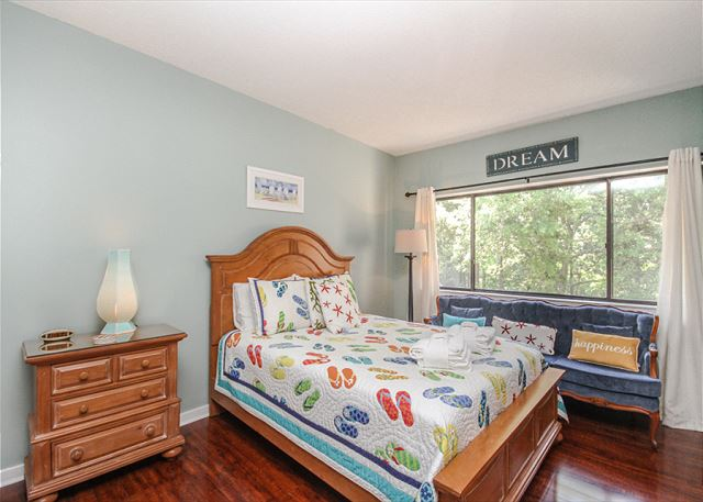 Village House 303, 2 Bedrooms, Pet Friendly, Elevator, Sleeps 6 - Window Seat! - HiltonHeadRentals.com