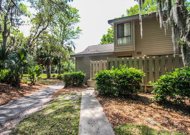 Greens 190, 3 Bedrooms, Large Pool, Walk to Beach, Sleeps 10 - You Have Arrived - HiltonHeadRentals.com