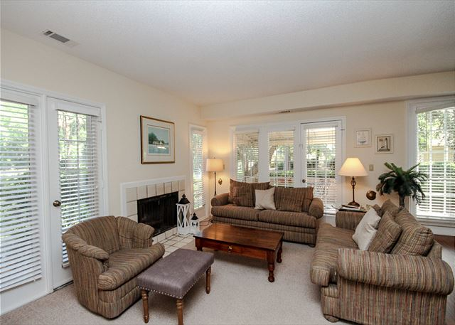 Evian 288, 3 Bedrooms, Golf & Lagoon View, Sleeps 8 - Living Room - HiltonHeadRentals.com
