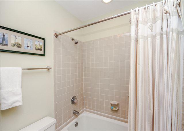 Greens 190, 3 Bedrooms, Large Pool, Walk to Beach, Sleeps 10 - Bathroom  - HiltonHeadRentals.com