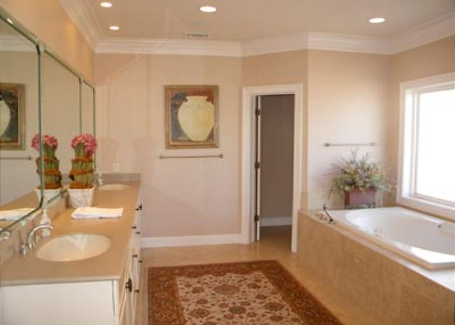 Singleton Beach 11B, Oceanfront 3 Bedrooms, Pool, Elevator - Second bathroom - HiltonHeadRentals.com