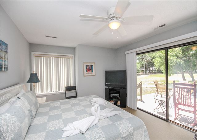Greens 190, 3 Bedrooms, Large Pool, Walk to Beach, Sleeps 10 - Master Bedroom - HiltonHeadRentals.com