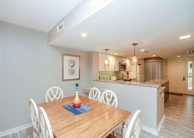 Greens 194, Updated 2 Bedrooms, Large Pool, Golf View, Sleeps 7 - Room For Everyone - HiltonHeadRentals.com