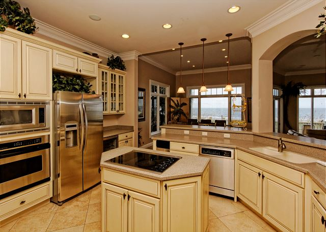 Singleton Beach 11B, Oceanfront 3 Bedrooms, Pool, Elevator - Spacious kitchen - HiltonHeadRentals.com