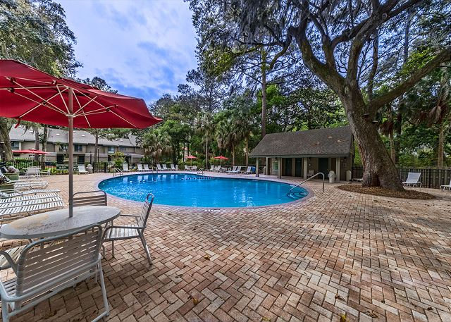 Greens 190, 3 Bedrooms, Large Pool, Walk to Beach, Sleeps 10 - Community Pool - HiltonHeadRentals.com