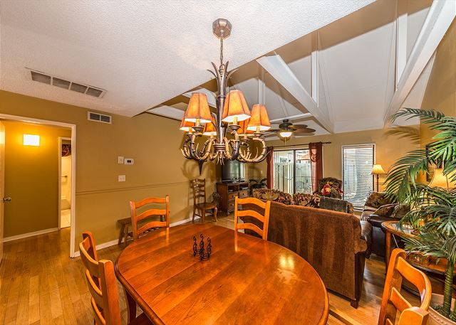 Queens Grant 682, 2 Bedroom, Pool, Sleeps 6 - Dining Area  - HiltonHeadRentals.com