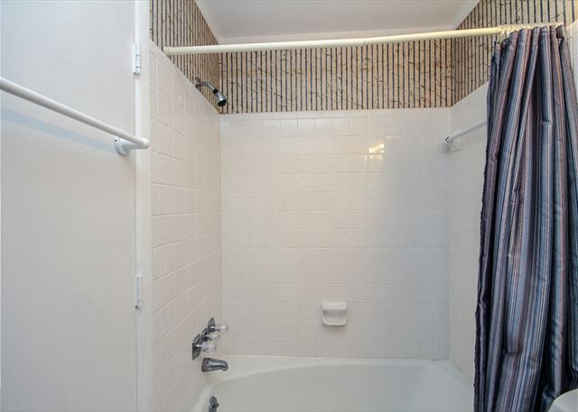 Woodbine Place 44, 2 Bedroom, Golf View, Walk to Beach, Sleeps 8 - Shower and Tub - HiltonHeadRentals.com