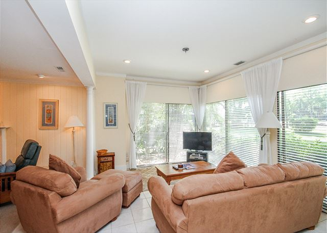 Woodbine Place 44, 2 Bedroom, Golf View, Walk to Beach, Sleeps 8 - Bright and Open - HiltonHeadRentals.com