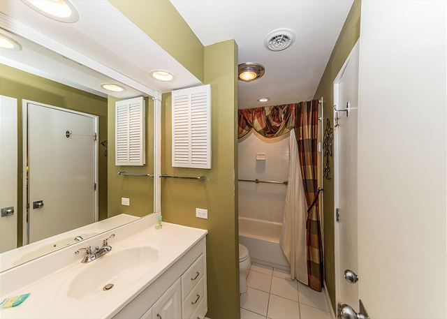 Queens Grant 682, 2 Bedroom, Pool, Sleeps 6 - Shower/Tub Combo Bathroom  - HiltonHeadRentals.com