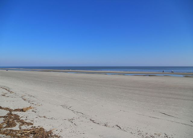 Captains Walk 436, Oceanfront, 2 Bedroom, Large Pool, Sleeps 6 - Parasailing, swimming, and sandcastles - HiltonHeadRentals.com