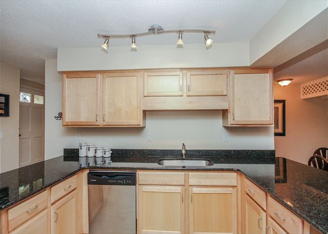 Evian 109, Updated 2 Bedrooms, Pool, Tennis, Sleeps 6 - Kitchen - HiltonHeadRentals.com