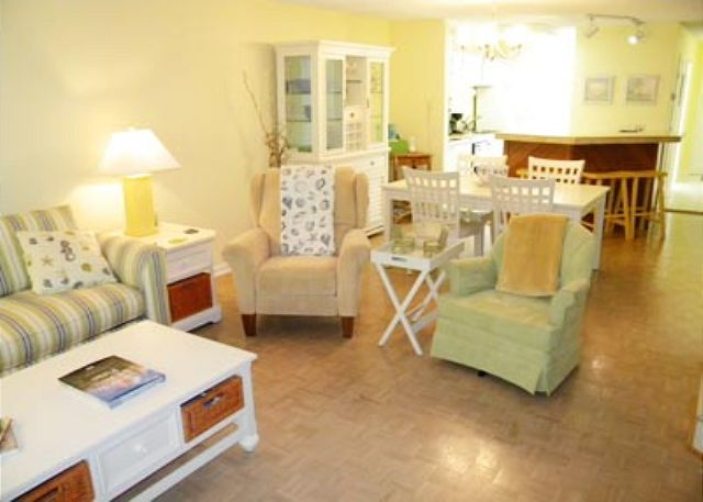 Golfmaster 304, 2 Bedrooms, Large Pool, Tennis, Sleeps 10 - Living Area - HiltonHeadRentals.com