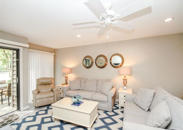 Greens 194, Updated 2 Bedrooms, Large Pool, Golf View, Sleeps 7 - Open Concept Living  - HiltonHeadRentals.com