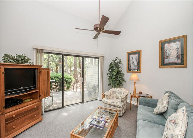 Greens 203, 1 Bedroom, Large Pool, Golf View, Sleeps 4 - Bring Nature Indoors - HiltonHeadRentals.com