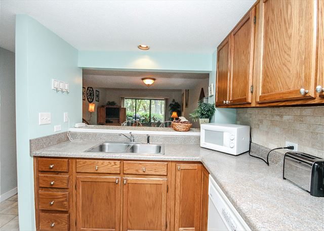 Greens 203, 1 Bedroom, Large Pool, Golf View, Sleeps 4 - Kitchen - HiltonHeadRentals.com