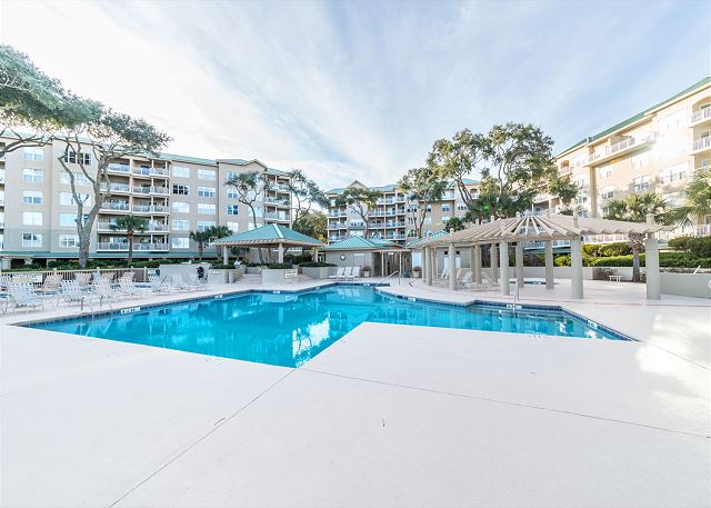 Hampton 6107, 2 Bedroom, Oceanfront View, Large Pool, Sleeps 6 - Enjoy the large community pool - HiltonHeadRentals.com