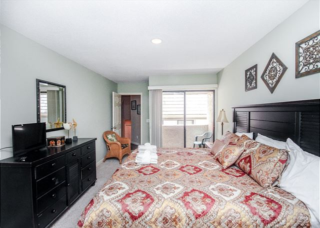 Harbour Town Club 1259, 4 bedroom, Pool, Sleeps 10 - King Bedroom - HiltonHeadRentals.com