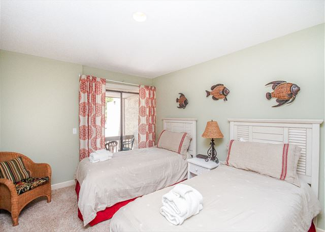 Harbour Town Club 1259, 4 bedroom, Pool, Sleeps 10 - Kids and Adults Alike Will Love This Cheerful Bedroom! - HiltonHeadRentals.com