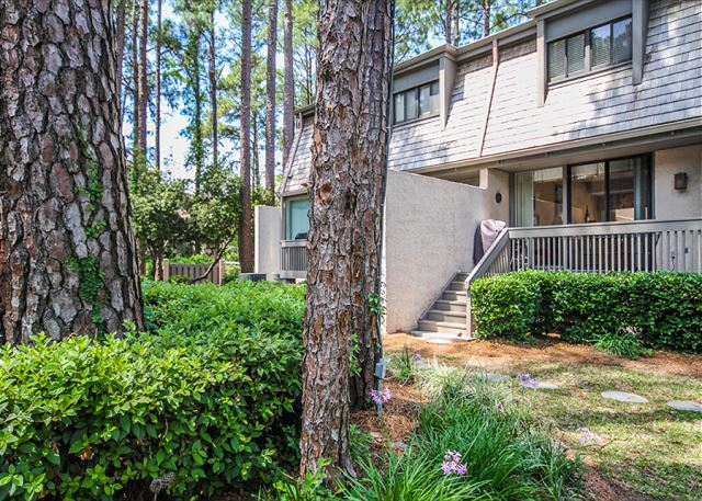Harbour Town Club 1259, 4 bedroom, Pool, Sleeps 10 - Back Yard - HiltonHeadRentals.com