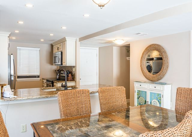Island Club 6106, 2 Bedrooms, Lagoon View, Large Pool, Hot Tub - The cheery dining table seats a crowd - HiltonHeadRentals.com